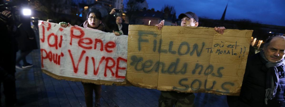 Des manifestants brandissent des pancartes en marge d\'un déplacement de François Fillon à Troyes, le 7 février 2017.