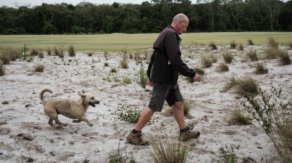 Neil Cleverly, le gérant du parcours, enlève les mauvaises herbes pour éviter leur prolifération, le 23 novembre 2016.