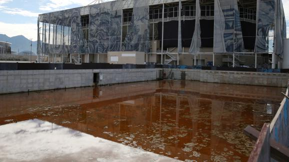 Un bassin d\'entraînement construit pour les JO de Rio, situé à l\'extérieur de la piscine olympique, photographié le 5 février 2017.