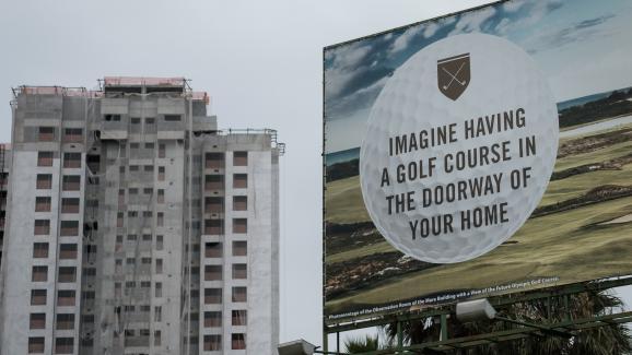 Un panneau publicitaire fait la promotion de nouveaux appartements construits près du parcours de golf olympique, en novembre 2016.