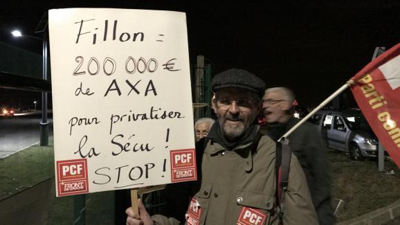 Un professeur des écoles manifeste devant le meeting de François Fillon à Compiègne (Oise).