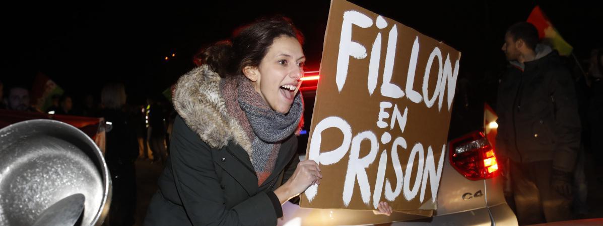 Des militants anti-Fillon bloquent l\'accès au meeting du candidat à Margny-lès-Compiègne (Oise), le 15 février 2017.