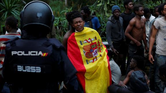 Des centaines de migrants ont forcé la frontière espagnole à Ceuta — Maroc