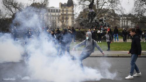 """VIDEO. A Paris, le rassemblement derrière la banderole """"Vengeance pour Théo"""" se termine par des heurts avec la police"""