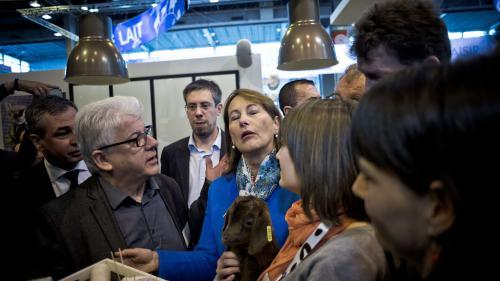 """VIDEO. """"Ils vont pas nous emmerder"""" : Ségolène Royal s'agace face à des militants écologistes au Salon de l'agriculture"""