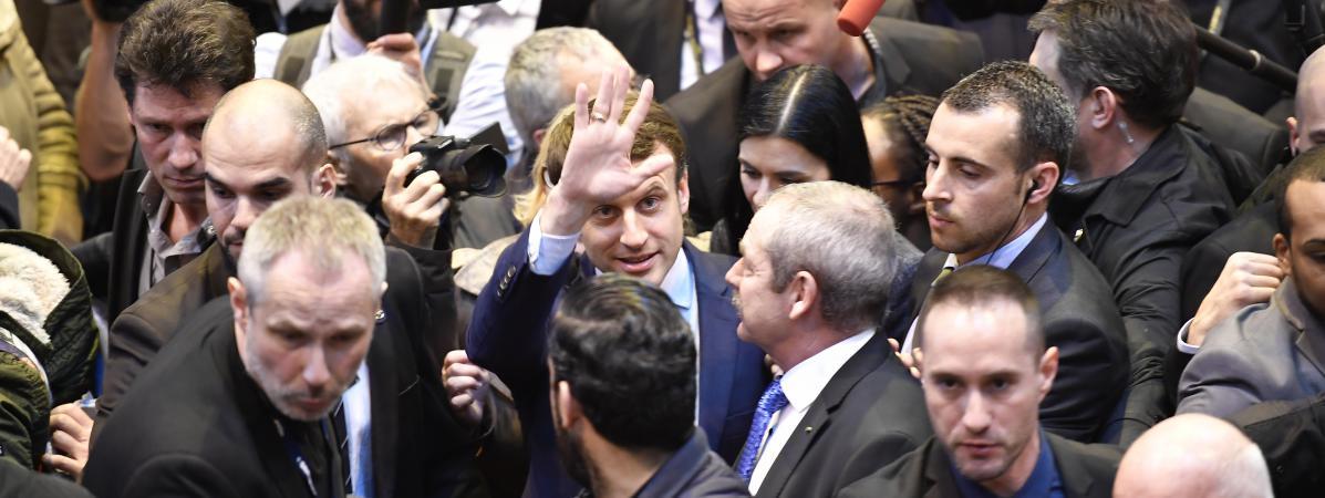 Videos emmanuel macron re oit d 39 uf sur la t te au salon for Macron salon agriculture oeuf