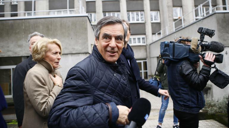 La candidat des Républicains, François Fillon, quitte son QG de campagne à Paris, le 1er mars 2017.