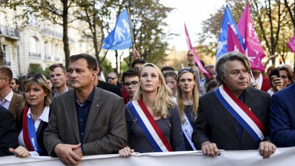 Marion Maréchal-Le Pen, entourée de Louis Aliot et Gilbert Collard, lors d\'une manifestation à Paris pour l\'abrogation de la loi Taubira, le 16 octobre 2016.
