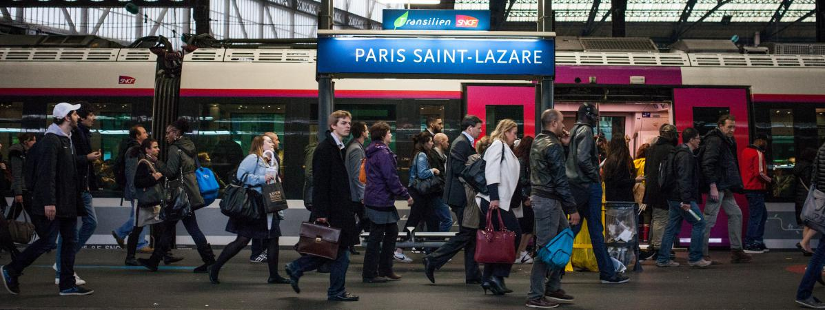 Des passagers marchent sur un quai de la gare Saint-Lazare, à Paris, le 1er juin 2016.