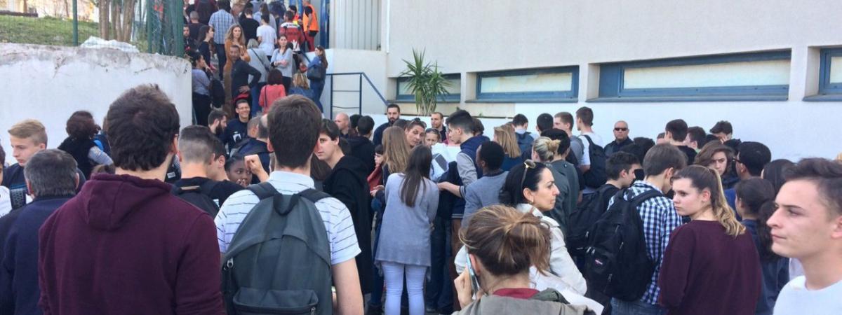 Des élèves attendent d\'être évacués dans la cour du lycée Tocqueville à Grasse (Alpes-Maritimes) après qu\'une fusillade a éclaté, le 16 mars 2017.