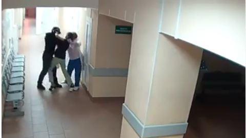 VIDEO. Non, cet homme n'est pas un migrant qui frappe des infirmières dans un hôpital français