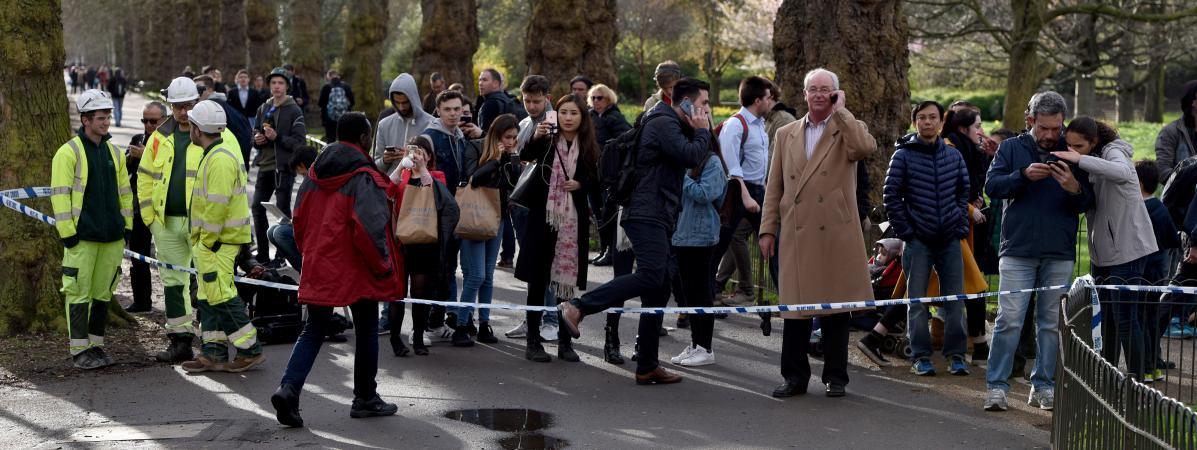Des passants sont placés dans un périmetre de sécurité à Londres, après l\'attaque du mercredi 22 mars.