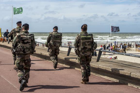 Des soldats de l\'opération Sentinelle patrouillent sur le front de mer au Touquet (Pas-de-Calais), le 4 août 2016.