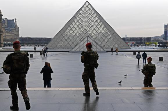 Une patrouille de l\'opération Sentinelle, le 16 février 2017, au Louvre, à Paris.