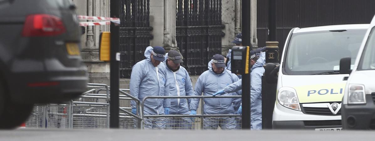 La police au travail aux abords du Parlement britannique, jeudi 23 mars 2017, au lendemain de l\'attaque qui a coûté la vie à trois personnes, dont un policier. L\'assaillant est mort lui aussi.