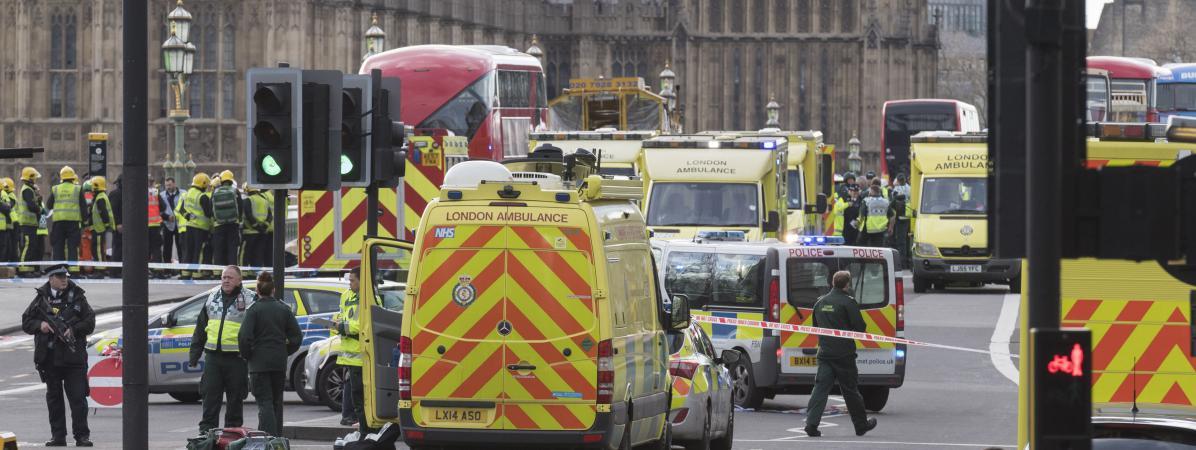 Des ambulances et des voitures de police stationnent à proximité du Parlement britannique après l\'attaque à Londres, le 22 mars 2017.