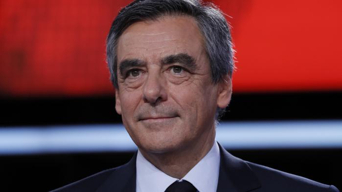 """VIDEO. Fillon accuse Hollande d'animer un """"cabinet noir"""", le chef de l'Etat """"condamne des allégations mensongères"""""""