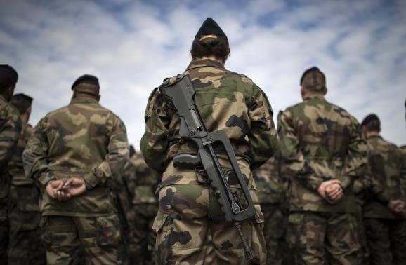 Des soldats de l\'opération Sentinelle, le 25 juillet 2016, au fort de Vincennes, àParis, lors d\'une visite de François Hollande et du ministre de la Défense, Jean-Yves Le Drian.