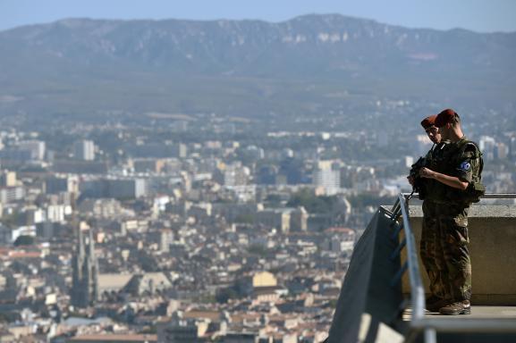Des soldats de l\'opération Sentinelle près de la basilique Notre-Dame-de-la-Garde, sur les hauteurs de Marseille, le 22 septembre 2016.