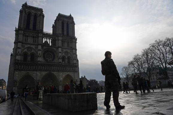 Un militaire de l\'opération Sentinelle monte la garde sur le parvis de la cathédrale Notre-Dame, à Paris, le 16 février 2017.