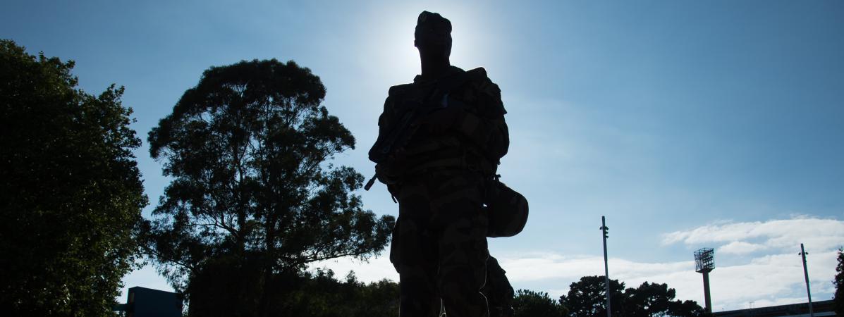 Un soldat de l\'opération Sentinelle patrouille, le 6 août 2016, à Lorient (Morbihan), pendant le Festival interceltique.