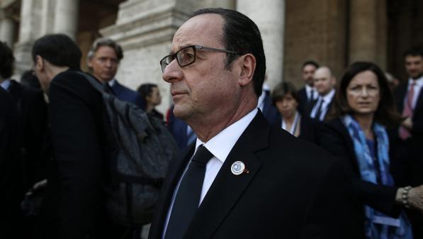 """VIDEO. Hollande rend hommage à Emmanuelli, """"mélange de certitude en granit et de tendresse en argile"""""""