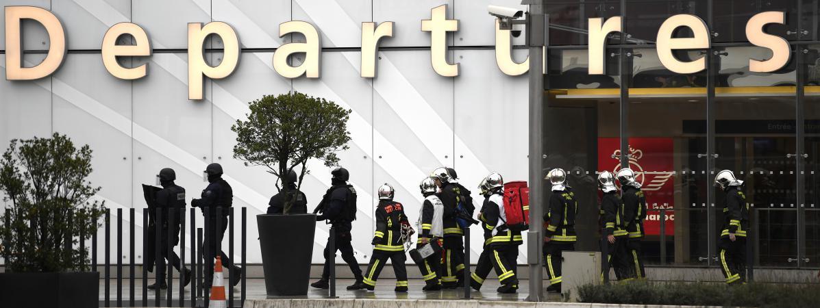 Des pompiers et des policiers devant l\'aéroport d\'Orly, après l\'attaque du 18 mars 2017 contre des militaires.