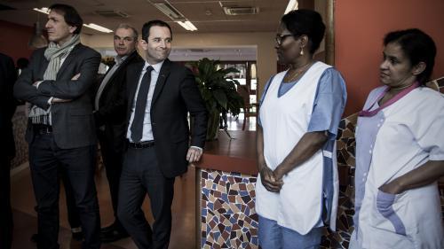 """Hamon fait un pied de nez à Fillon en rendant visite aux infirmières qui l'avaient malmené dans """"L'Emission politique"""""""