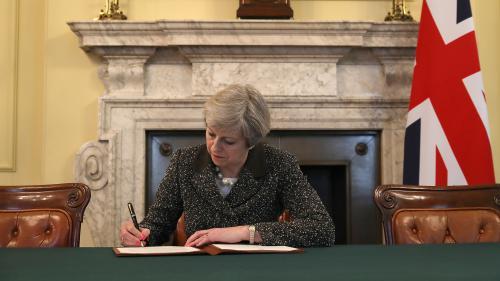 La Première ministre britannique a signé la lettre qui va déclencher le Brexit