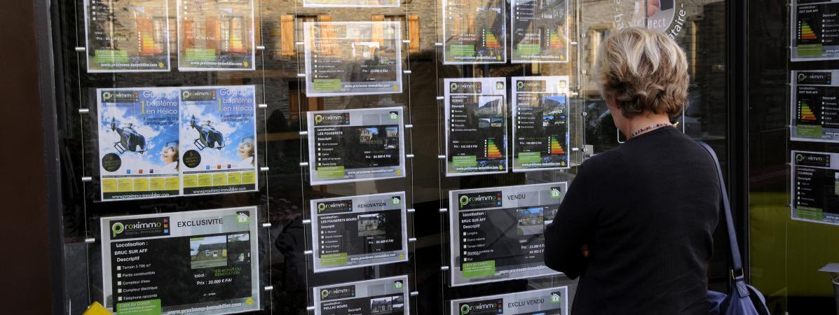 La vitrine d\'une agence immobilièreà La Gacilly ( Morbihan), en septembre 2013.