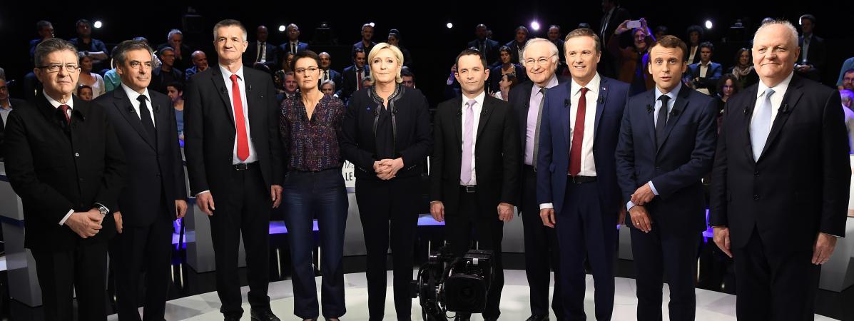 """Les candidats à l\'élection présidentielle, à l\'exception de Philippe Poutou, posent avant \""""Le Grand Débat\"""", mardi 4avril sur le plateau de BFMTV et CNews."""