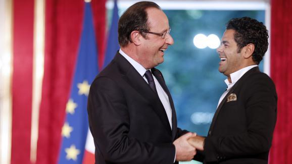 Jamel Debbouze avec François Hollande à l\'Élysée lors de la remise du prix de l\'audaceartistique, le 12 juin 2013.
