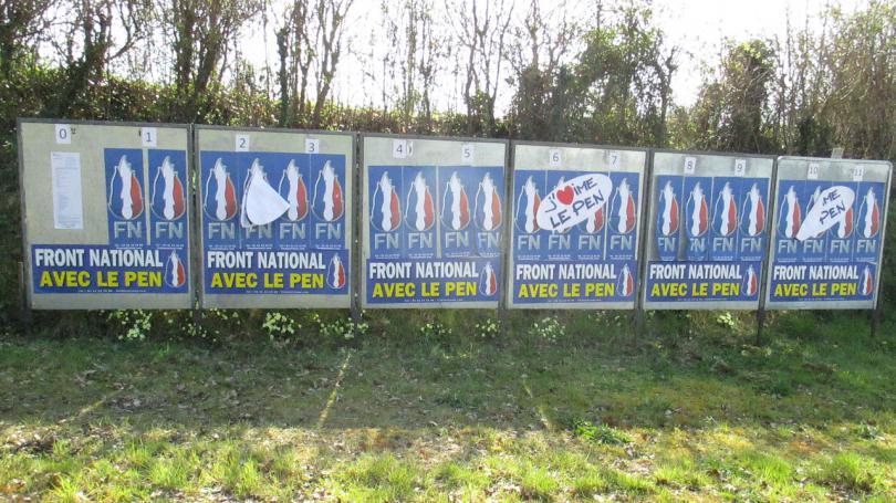 """""""Je trouve ça scandaleux"""" : des militants socialistes découvrent de la colle mélangée à du verre pilé sous des affiches du FN"""