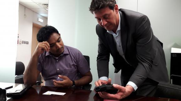 Gilles de Greef, entrepreneur marseillais, montre sa nouvelle tablette de reconnaissance à un entrepreneur Indien, basé à Dubaï.