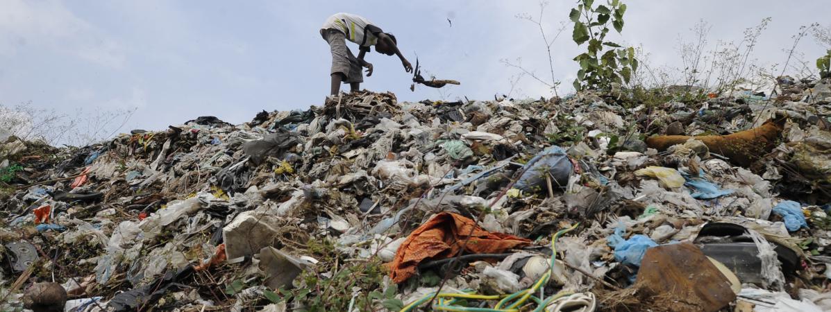sri lanka l 39 effondrement d 39 une montagne d 39 ordures fait au moins quinze morts dans un bidonville. Black Bedroom Furniture Sets. Home Design Ideas