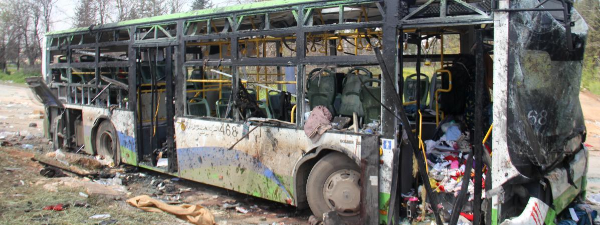 Un attentat-suicide a visé samedi 15 avrilun convoi de bus transportant des habitants favorables au régime de Bachar Al-Assad, près d\'Alep (Syrie).