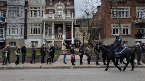 """""""J'ai fait plus de deux heures de queue"""" : la galère des Français à Montréal pour aller voter au premier tour"""