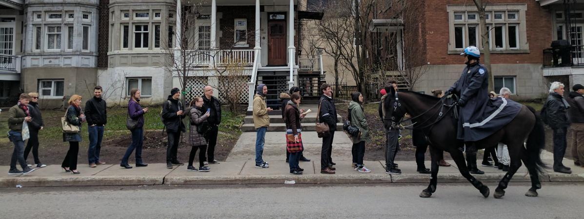 Les Français expatriés à Montréal ont fait la queue pendant plusieurs heures pour aller voter au premier tour de l\'élection présidentielle, le 22avril 2017.