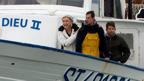 VIDEO. En campagne sur un chalutier, Marine Le Pen lance un appel aux pêcheurs... et aux dauphins