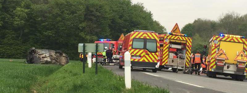 Le lieu de l\'accident de la route impliquant trois véhicules qui a fait cinq morts, le 6 mai 2017 à Radinghem (Pas-de-Calais).
