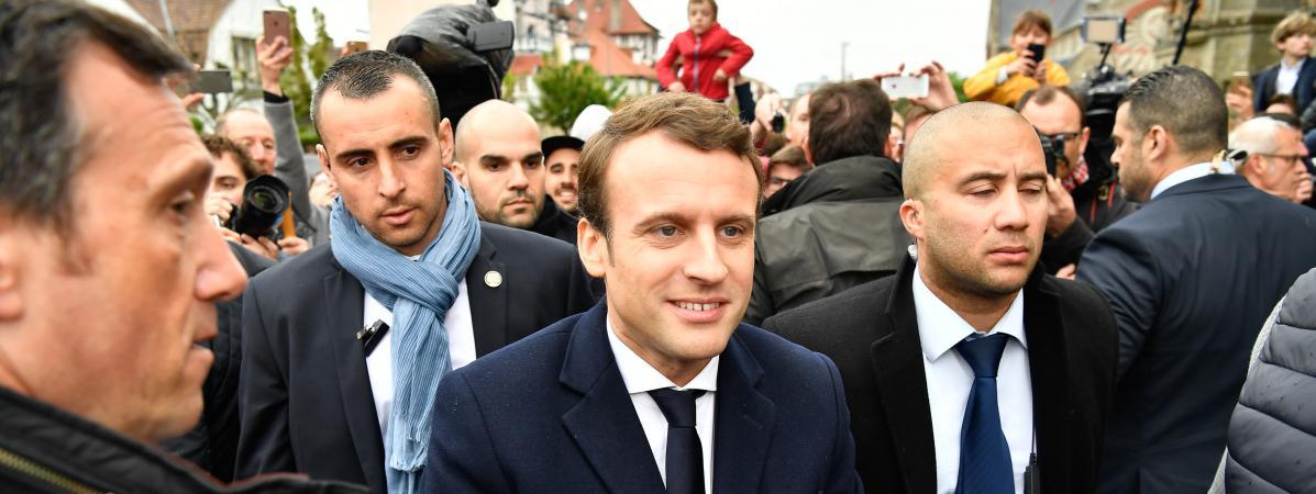 Emmanuel Macron lors de son arrivée à son bureau de vote du Touquet (Pas-de-Calais), lors du second tour de l\'élection présidentielle, le 7 mai 2017.