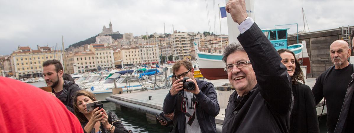 Jean-Luc Mélenchon, candidat aux élections législatives dans les Bouches-du-Rhône, déambule sur le Vieux Port de Marseille, le 11 mai 2017.