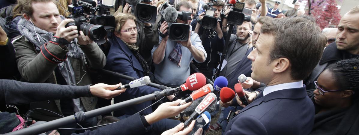 Emmanuel Macron assailli par les journalistes, le 28 avril 2017, lors de sa visite àOradour-sur-Glane (Haute-Vienne), pendant la campagne présidentielle.