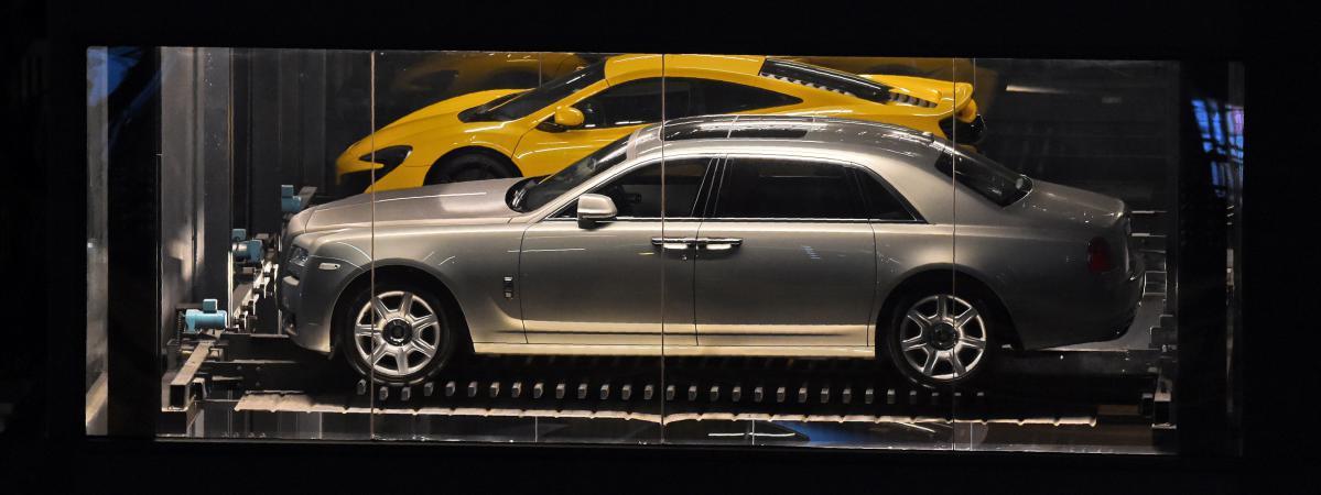 singapour un distributeur automatique g ant pour vendre des voitures de luxe. Black Bedroom Furniture Sets. Home Design Ideas