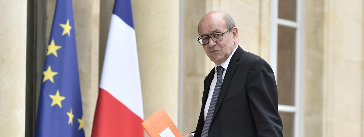 Le ministre de l\'Europe et des Affaires étrangères, Jean-Yves Le Drian, sur le perron de l\'Elysée, avant le Conseil des ministres, le 18 mai 2017.