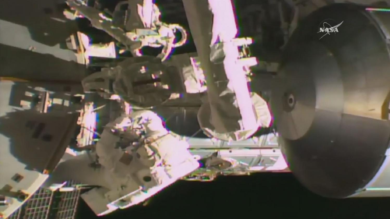 deux astronautes de l 39 iss effectuent une sortie dans l 39 espace pour r parer un ordinateur en panne. Black Bedroom Furniture Sets. Home Design Ideas