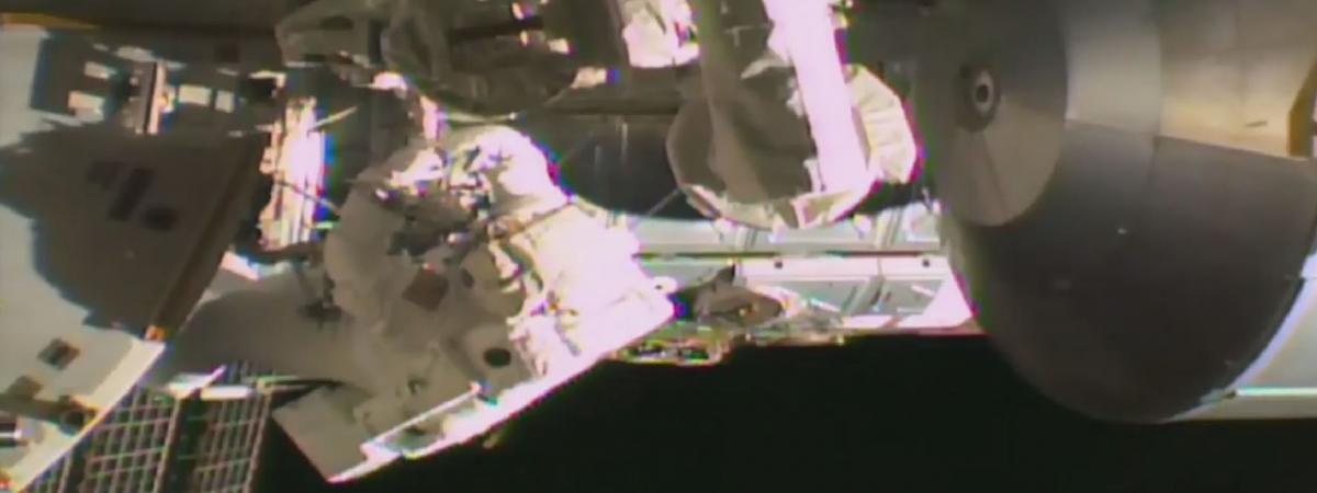 deux astronautes de l 39 iss effectuent une sortie dans l. Black Bedroom Furniture Sets. Home Design Ideas