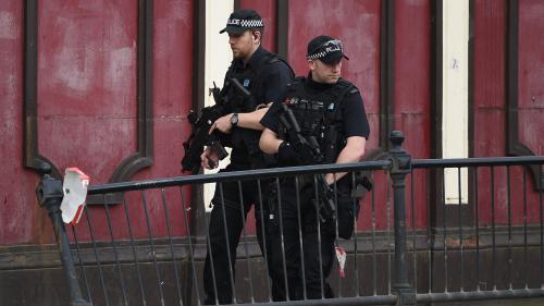 """DIRECT. Attentat à Manchester : trois hommes soupçonnés d'être """"en lien"""" avec l'attaque ont été arrêtés, selon la police"""
