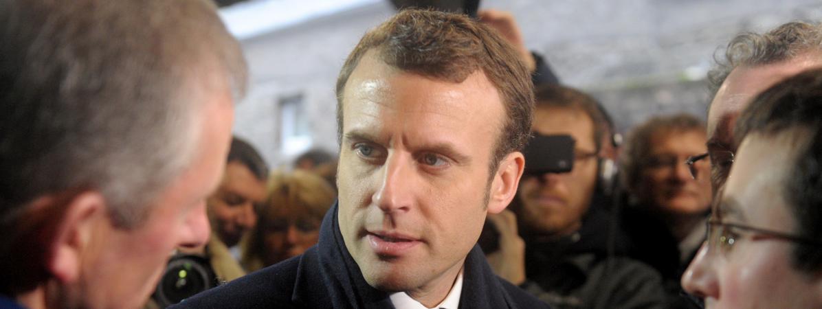 Le candidat d\'En marche ! à la présidentielle, Emmanuel Macron, visite une ferme laitière, le 16 janvier 2017 à Ploeven (Finistère).
