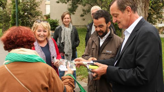 Gérard Bapt en train de distribuer des tracts dans le quartier toulousain d\'Amouroux, le 23 mai 2017.